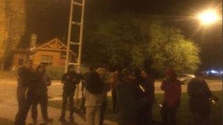 Un grupo de personas se manifestó en la puerta de la casa que Cristina Kirchner tiene en la ciudad de El Calafate, tres días después de la violenta manifestación que terminó en represión frente a la residencia de Alicia Kirchner en Santa Cruz.