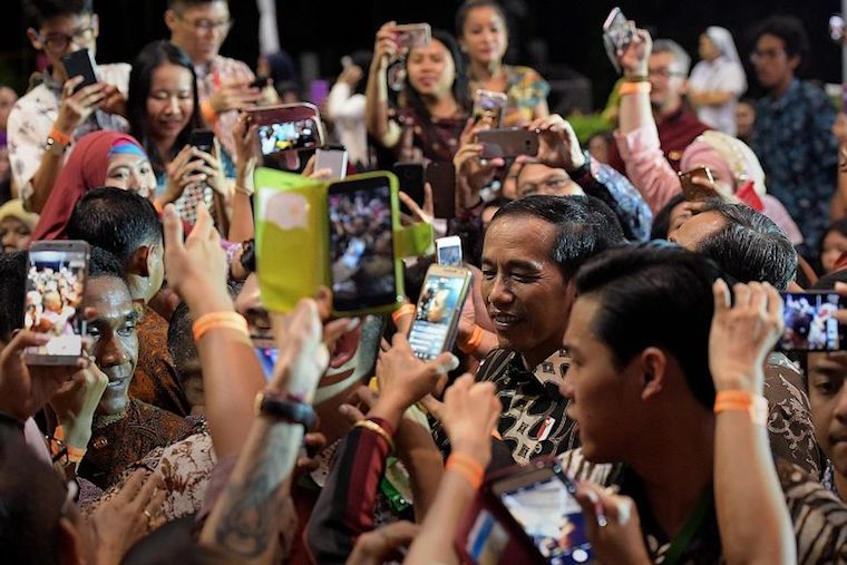 Indonesian President Joko Widodo greeting the crowd at the Indonesian Embassy in Chatsworth Road,singapura pada September 2017 lalu