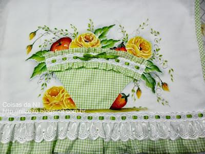 pano de copa com pintura de rosas e frutas e aplicação de cesta de tecido