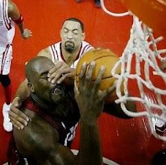 smešna slika: košarkaš blokira udarac protivnika