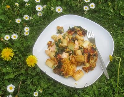 Trümmer-Omelett mit Spargel, Lachs und Mangold