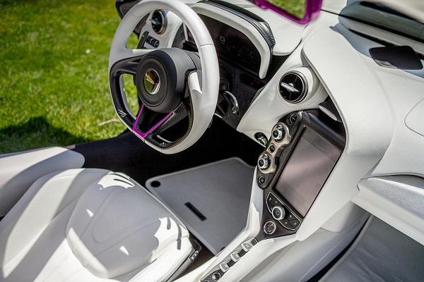 Interior McLaren 720S fuxia