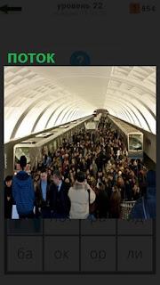 на станции в метро большой поток людей поднимается по лестнице