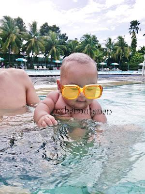 bayi berenang