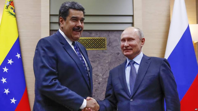 Tổng thống Nga Vladimir Putin bắt tay Tổng thống Venezuela Nicolas Maduro
