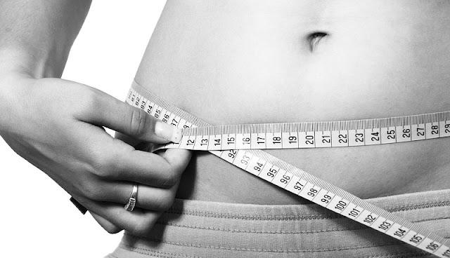 perut wanita yang ideal, rata, dan tanpa lemak