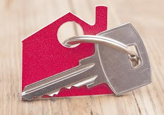 Si ha decidido solicitar una hipoteca para poder hacer frente al pago de una vivienda o inmueble debe saber que la hipoteca es un derecho real de garantía con el que deberá cumplir la obligación a la que se ha comprometido.