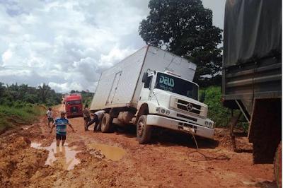 caminhão atolado na br-163