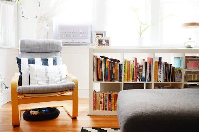 decoración salón con rincón de lectura