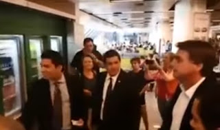 Bolsonaro tieta Moro em aeroporto e é esnobado pelo juiz; veja vídeo
