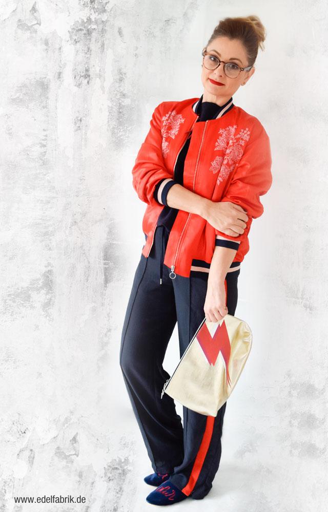 Rote Bomberjacke von H&M, dunkelblaue weite Hose