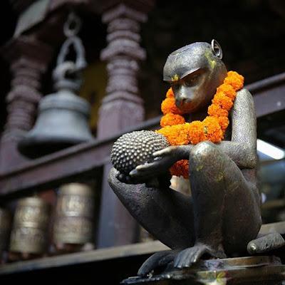 Escultura de mono en templo de Katmandú