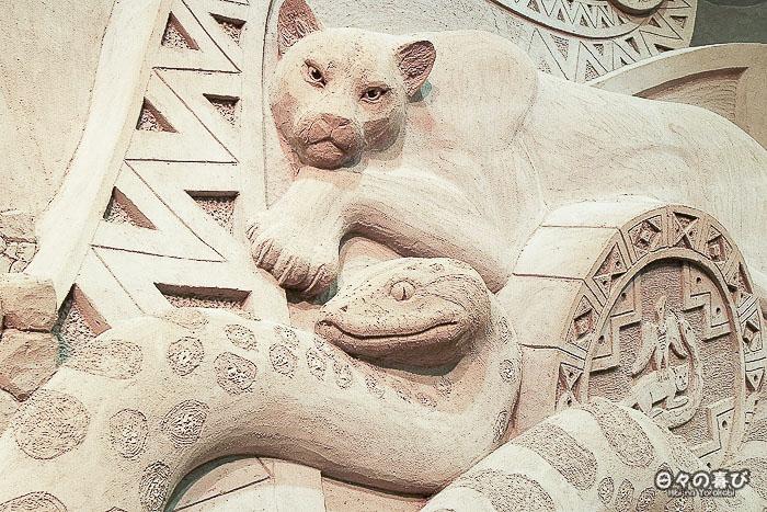 Sculpture de sable panthère et serpent