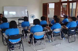 Suasana belajar calon TKW di ruang belajar BLK