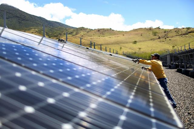 Cánh đồng bảng năng lượng Mặt Trời ở Costa Rica. Hình ảnh: Joe Raedle.