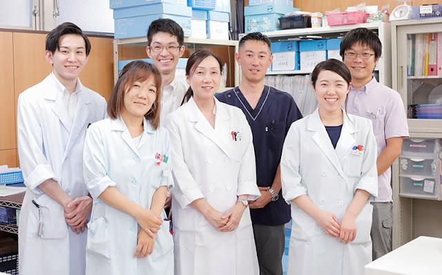 徳永薬局・小林氏(後列右から2番目)とスタッフのみなさん