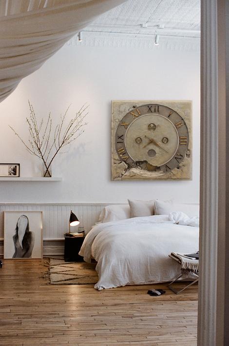 Aranżacja sypialni z dużym zegarem