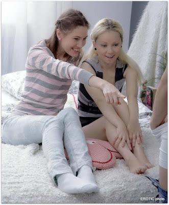 Парень снял трусы перед девчонками
