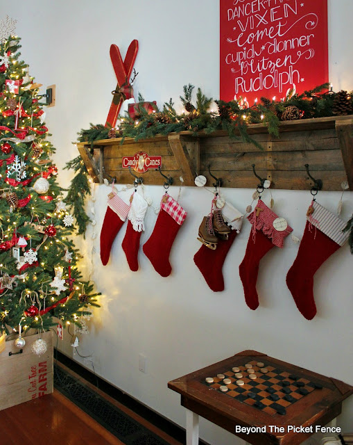 pallets, stockings, farmhouse, rustic, Christmas decor, https://goo.gl/xpejCP