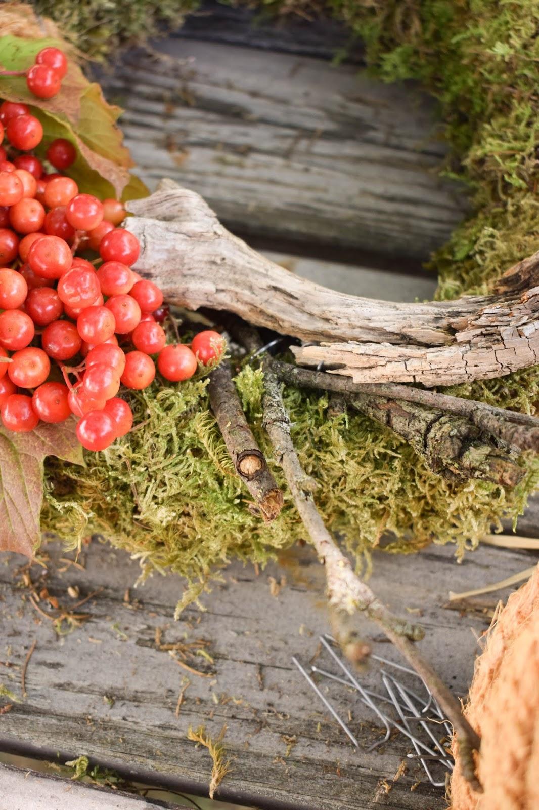 DIY Mooskranz einfach selber machen mit Moos Beeren Holz und Sisal. Naturdeko Anleitung zum Kranz binden. Dekorieren mit Natur. herbstdeko