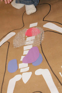 Kids learn organ anatomy with a life size body map