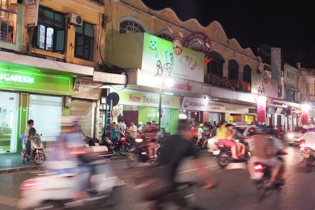 kem-trang-tien ベトナムのアイスクリームショップ