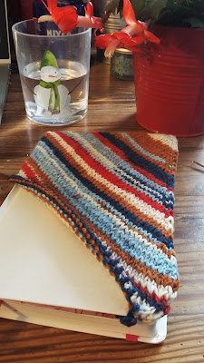 A knitted book cover for the Strickplaner knitting planner