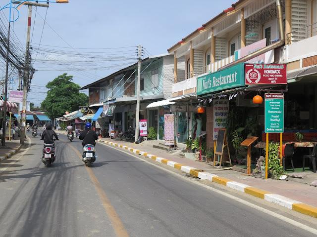 Calle de las Guesthouses de Katchanaburi