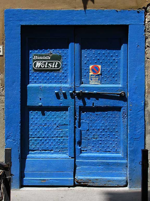 Blue doorway, bicycle workshop, Livorno