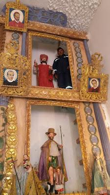 Unsere Latinos sind immer für einen Spaß aufgelegt. Mein Katechet stellt sich ganz oben am Hochaltar gleich mal neben San Pablo. Ich sagte nur...ohhhhh un nuevo Santo und alle mussten lachen.