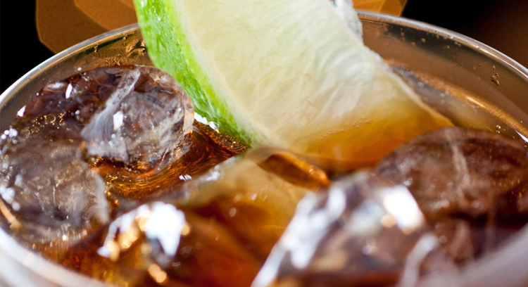 8 powodów, dla których warto zrezygnować z napojów gazowanych