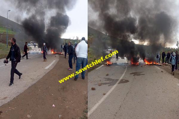 إحتجاجات وقطع الطريق والمحتجون يطالبون بتدخل الوالي ببنايرية