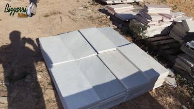 Pedra São Tomé branca para borda de piscina sendo tipo de pedra boleada tamanho 23 x 47 cm.
