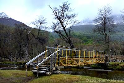 Puente amarillo en el Valle de Andorra de Usuarios camino al Glaciar de Vinciguerra.