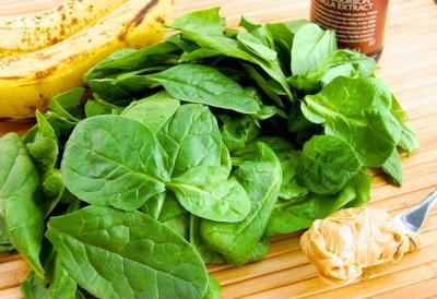1. Smoothie bayam untuk tubuh sehat dan berenergi terbuat dari daun bayam segar, pisang, selai kacang, dan madu. Anda bisa menambahkan air supaya tidak terlalu kental atau es batu jika suka