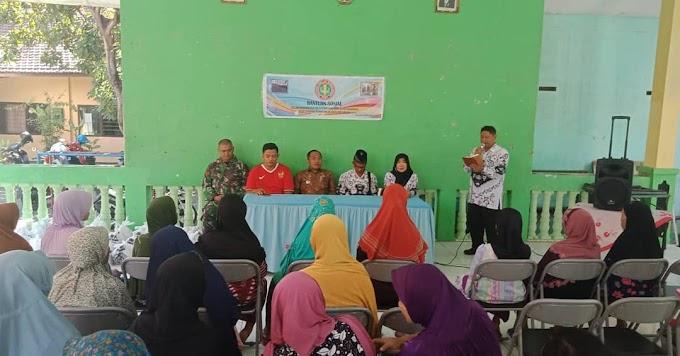 Anggota Koramil 0819/01 Kota Pasuruan Dampingi Pembagian Sembako Gratis