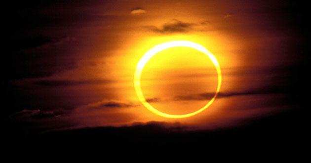 Cuando la Luna oscurece al Sol