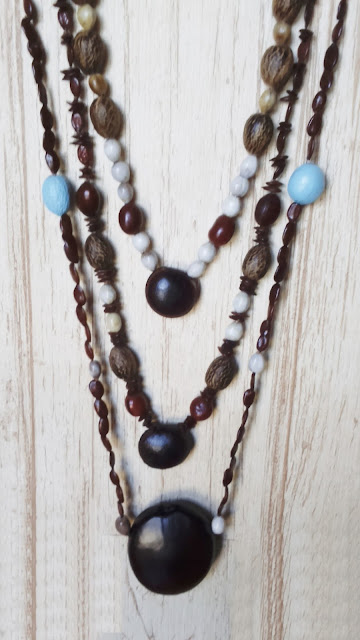 Collares semillas naturales · Natural seed necklaces