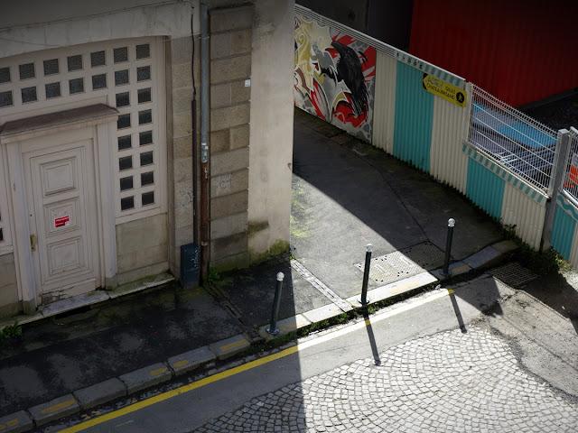 Les nouvelles bandes jaunes le long des trottoirs rue des Francs Bourgeois - Nickel !