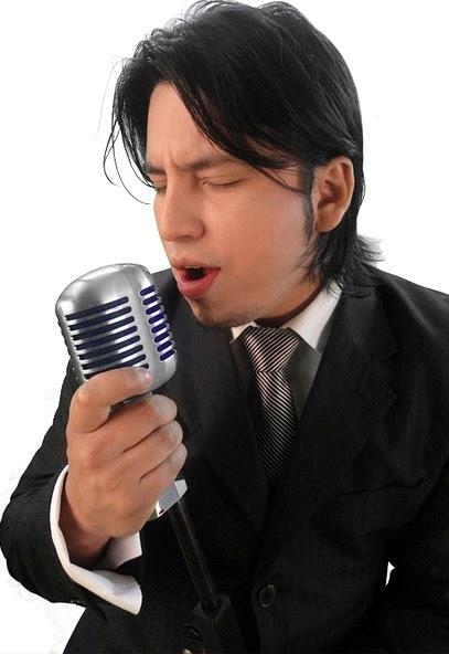 Foto de Marco Antonio con su micrófono