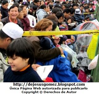 Foto de peruanos comiendo mientras que esperan el Desfile Gran Parada Militar Peru por Jesus Gomez