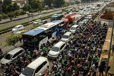 BELAJAR MENJADI TIDAK PATUH ATURAN: INDONESIA