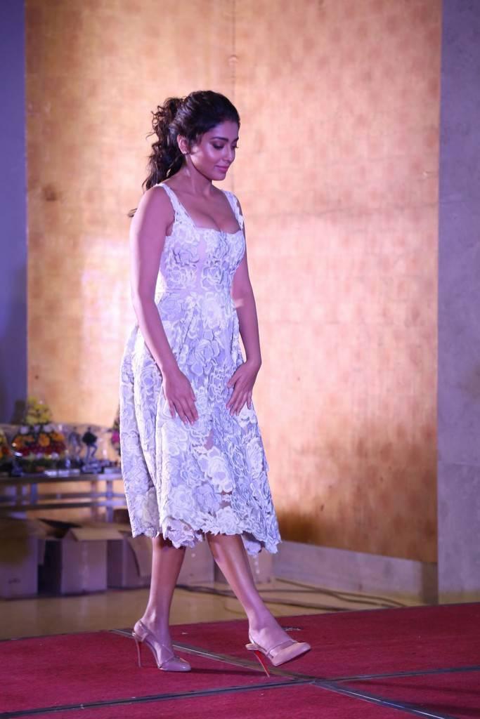 Shriya              Saran In White Dress