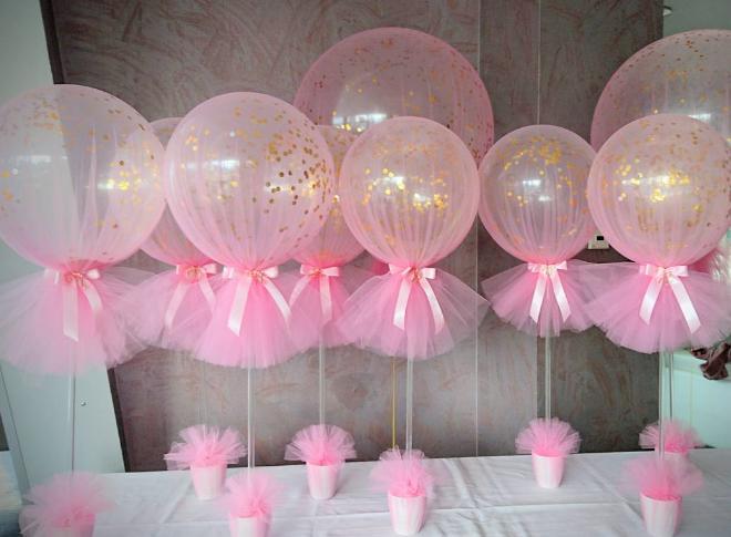 de los centros de mesa de globos más utilizados es colocar el tul con