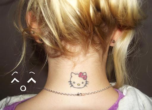 Belo Desenho de Tatuagem para a Menina no Pescoço