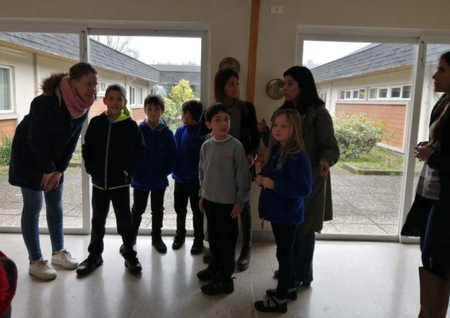 Alumnos del Colegio Alemán visitan a residentes del Hogar Santa María de Osorno