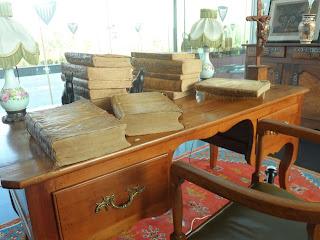 mobiliario de despacho y libros en la feria de antiguedades de Logroño