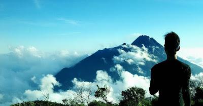 foto merapi dari gunung merbabu