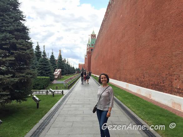 Lenin'in mozolesine doğru, yol boyunca önemli soviyet Rusya ileri gelenlerin mezarları, Moskova