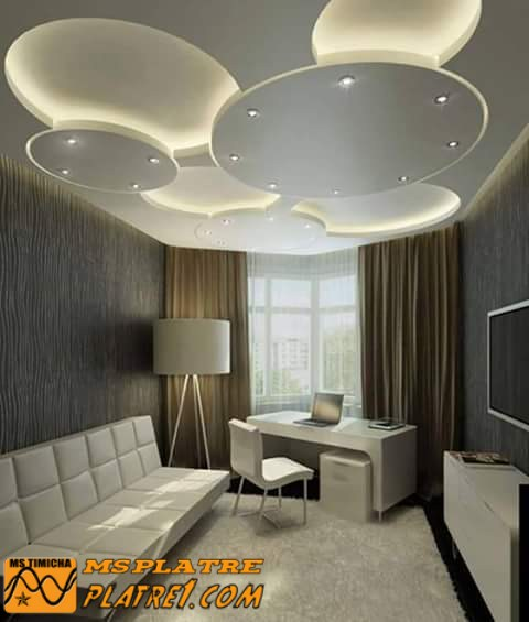 Faux plafond en pl tre pour une salon tr s moderne platre for Decoration platre salon moderne